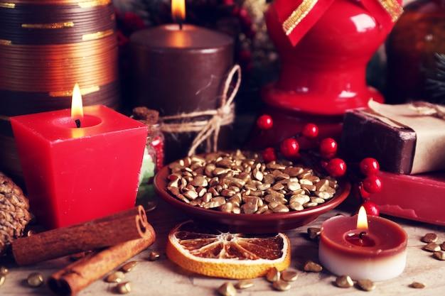 Weihnachtsschmuck auf holztisch nahaufnahme close