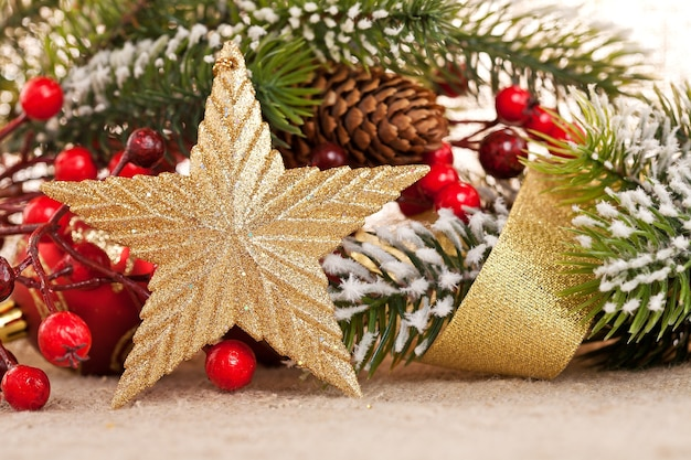 Weihnachtsschmuck auf leinwandhintergrund. geringe schärfentiefe