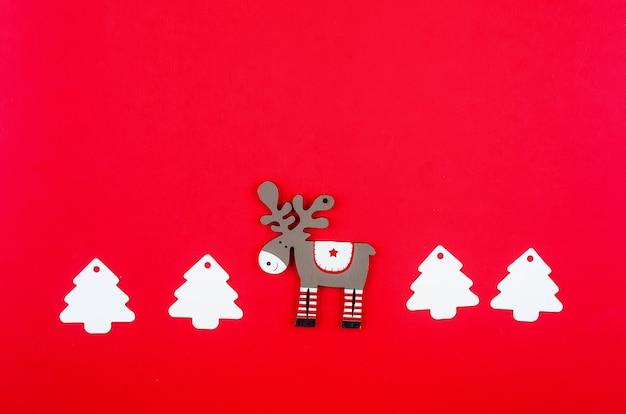 Weihnachtsschmuck auf rotem grund