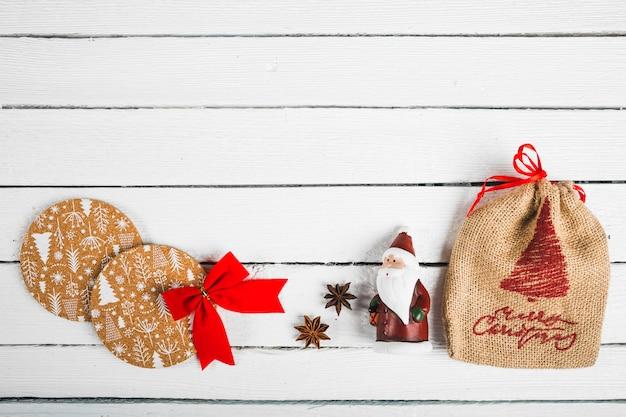 Weihnachtsschmuck auf weißem brett