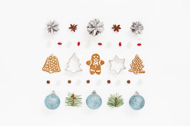 Weihnachtsschmuck aus dekorationen, lebkuchenplätzchen auf weiß