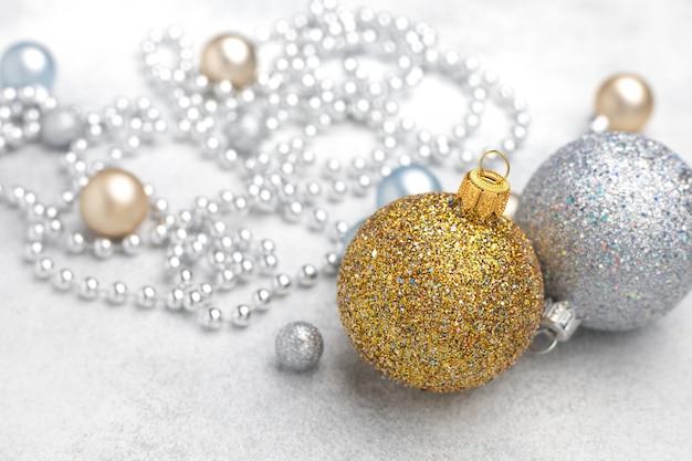 Weihnachtsschmuck der gold- und silberkugel mit unscharfem strukturiertem hintergrund