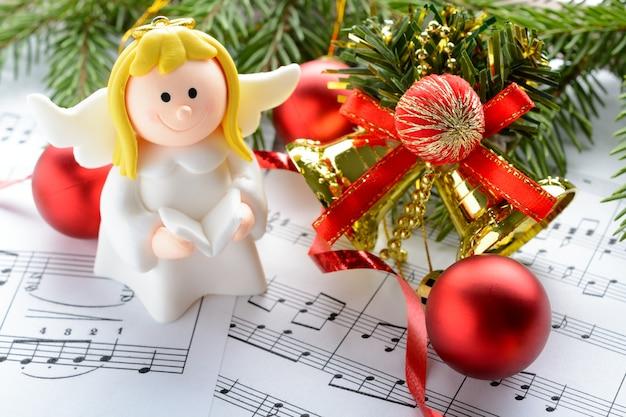 Weihnachtsschmuck, engelsfiguren und notizen