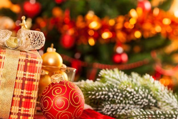 Weihnachtsschmuck gegen lichter hintergrund