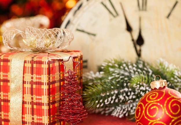 Weihnachtsschmuck gegen vintage uhr um mitternacht. neujahrskonzept