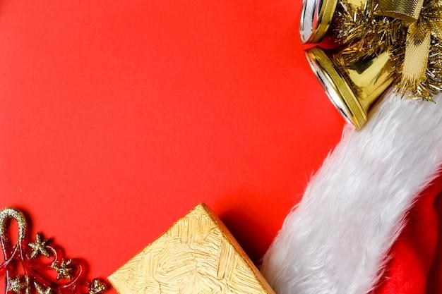 Weihnachtsschmuck, geschenk, glocken und weihnachtsmann rote mütze