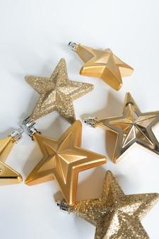Weihnachtsschmuck, goldene sterne auf weißem hintergrund