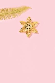 Weihnachtsschmuck goldenes spielzeug in form von stern und palmblättern neujahrsdekor