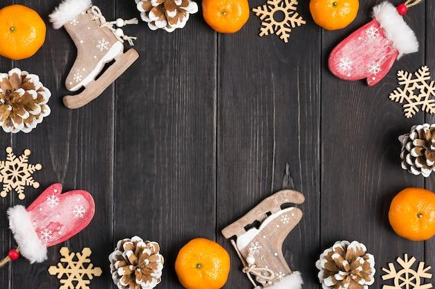 Weihnachtsschmuck - hölzerne hirsche, handschuhe, schlittschuhe, schneeflocken, zapfen, mandarinen