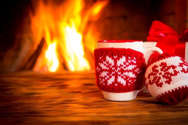 Weihnachtsschmuck in der nähe von kamin. winterurlaubskonzept