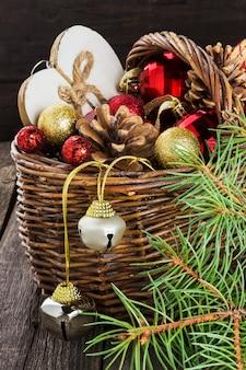 Weihnachtsschmuck in einem korb auf einer holzoberfläche