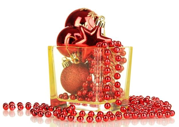 Weihnachtsschmuck in glasvase isoliert auf weiss