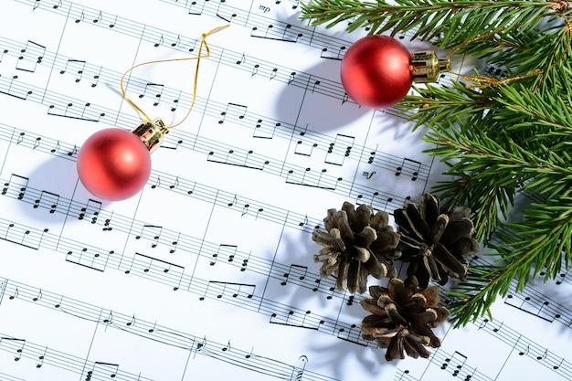 Weihnachtsschmuck liegend auf notenblatt