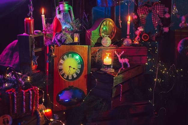 Weihnachtsschmuck mit bunten lichtern. foto für eine postkarte. ohne person.