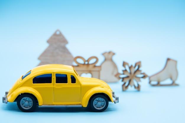 Weihnachtsschmuck mit einem gelben auto