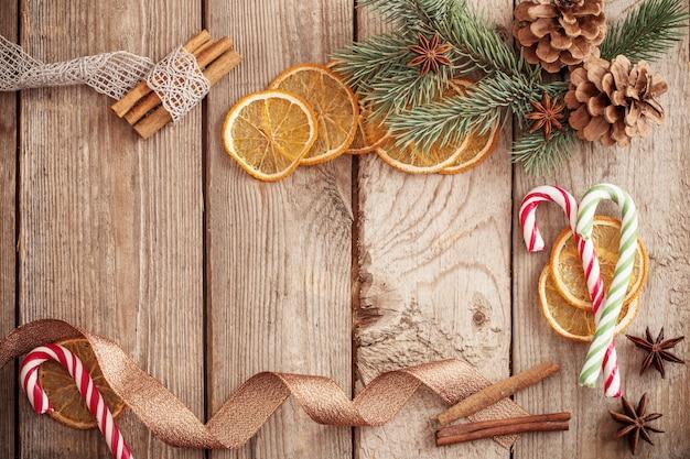 Weihnachtsschmuck mit gewürzen auf altem holzhintergrund