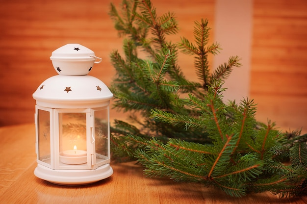 Weihnachtsschmuck mit laterne. weihnachtsgrußkarte