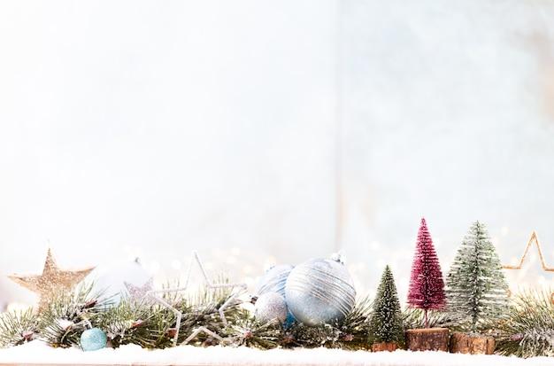 Weihnachtsschmuck mit lichterketten auf blauem hintergrund.
