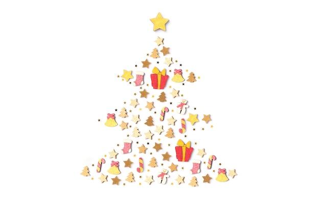 Weihnachtsschmuck-objekte in form eines weihnachtsbaumes auf weißem hintergrund. ansicht von oben, flach
