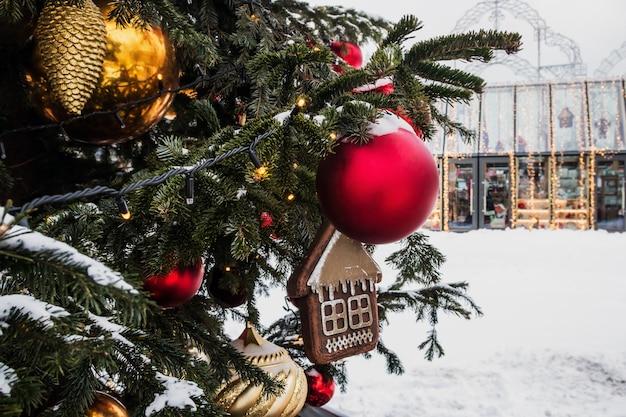 Weihnachtsschmuck und bälle auf den zweigen der weihnachten