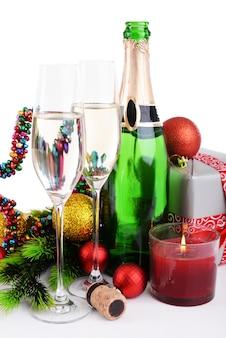 Weihnachtsschmuck und champagner isoliert auf weiß