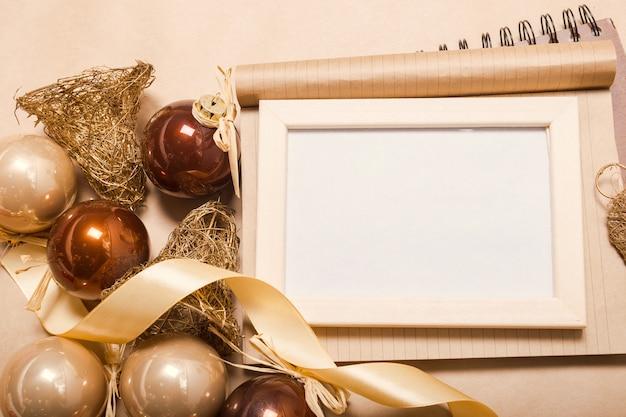 Weihnachtsschmuck und dekoration auf leeren fotorahmen