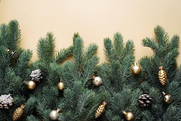 Weihnachtsschmuck und tannenzweige