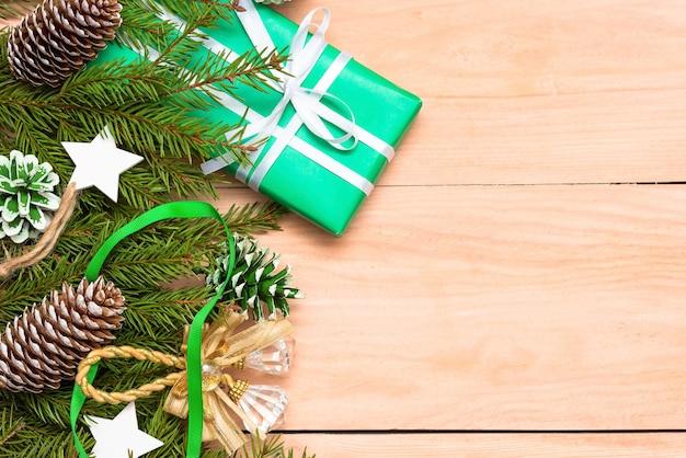 Weihnachtsschmuck und weihnachtsbaumspielzeug auf dem tisch.