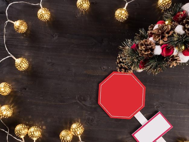 Weihnachtsschmuck und weihnachtsbeleuchtung auf vintage-holz-hintergrund. feiertagssymbol.