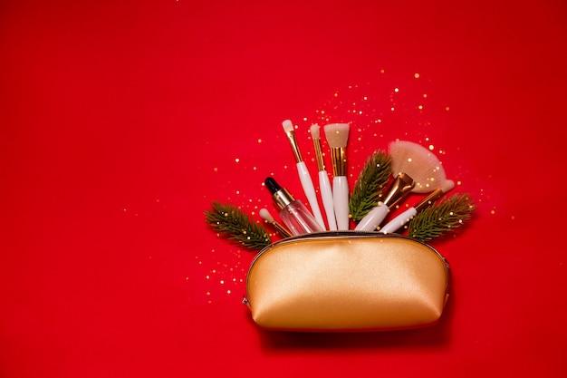 Weihnachtsschönheitsprodukte mit pinseln und hyaluronsäure