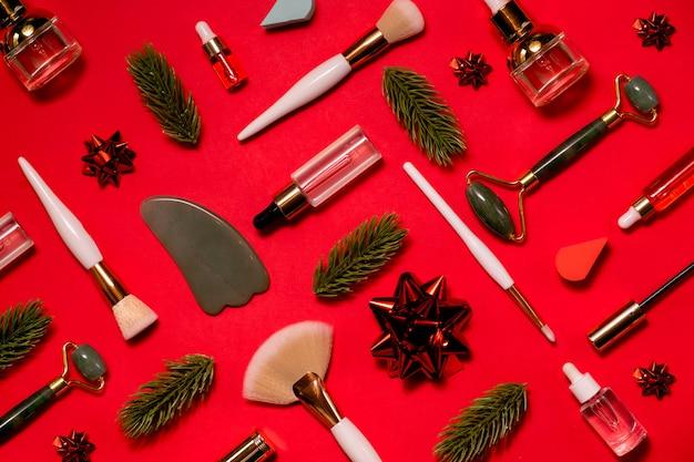 Weihnachtsschönheitsprodukte mit pinseln und hyaluronsäuremuster