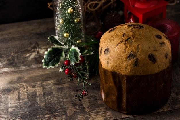 Weihnachtsschokoladen-panettonekuchen mit dem weihnachten verziert auf holztisch. copyspace