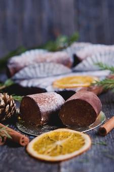 Weihnachtsschokoladenkuchen auf dem tisch