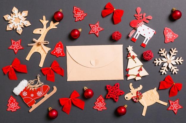 Weihnachtsschwarzes mit feiertagsspielwaren und -dekorationen.