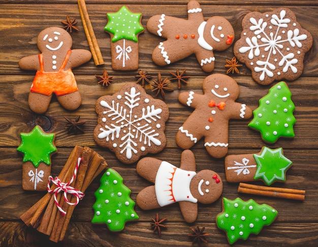 Weihnachtsselbst gemachte lebkuchenplätzchen und -gewürze auf dem hölzernen