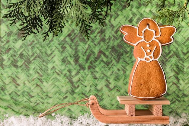 Weihnachtsselbst gemachter lebkuchen auf einem hölzernen schlitten