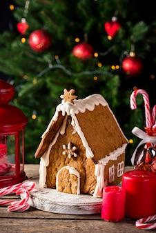 Weihnachtsselbst gemachtes dekoratives lebkuchenhaus