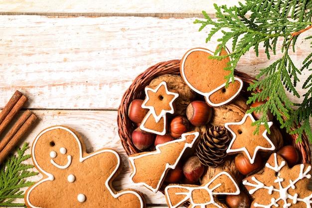 Weihnachtsselbst gemachtes lebkuchenplätzchen in einem weidenkorb