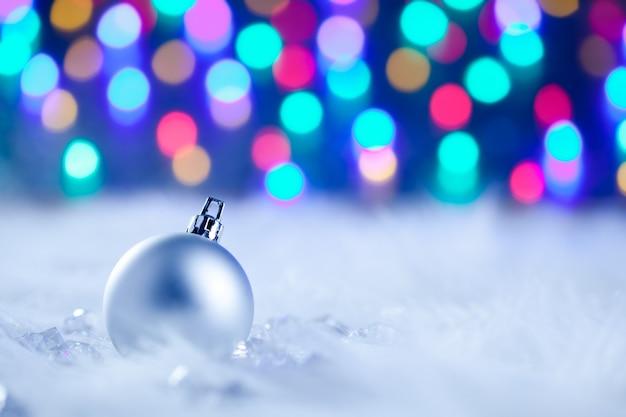 Weihnachtssilberner flitter in unscharfen lichtern