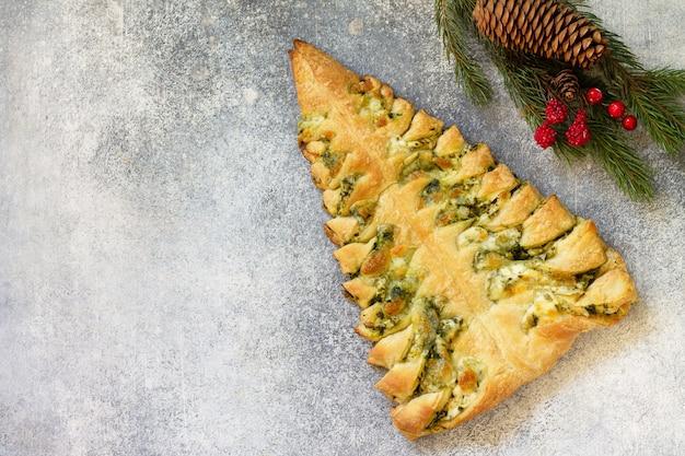 Weihnachtssnack pizza mit mozzarella und spinat draufsicht flach hintergrund kopieren raum