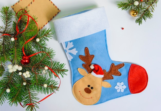 Weihnachtssocke auf einem weißen hintergrund mit dekorationen