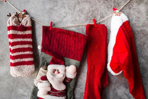 Weihnachtssocken, die am seil hängen