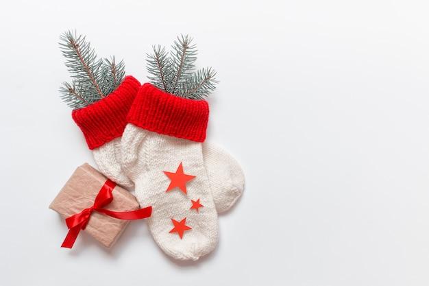 Weihnachtssocken mit einem geschenk gebunden mit roter schleife und roten sternen