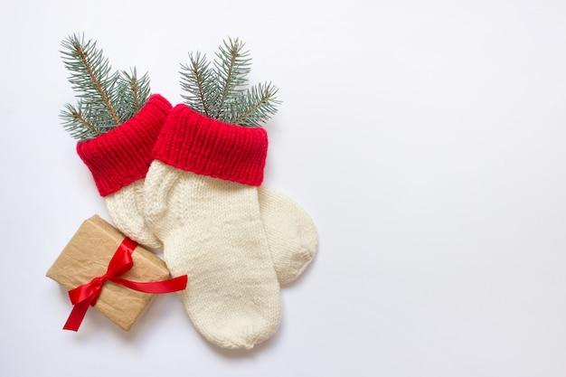 Weihnachtssocken mit einem geschenk mit roter schleife gebunden