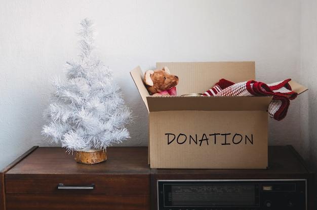 Weihnachtsspendenkörbe helfen flüchtlingen und obdachlosen weihnachtsspendenbox mit warmer kleidung