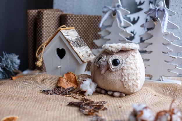 Weihnachtsspielwaren, die am schönen feiertagsdekor des baums hängen