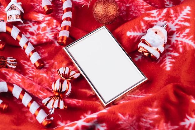 Weihnachtsspielwaren mit rahmen auf decke