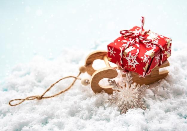 Weihnachtsspielwarenschlitten mit geschenkbox