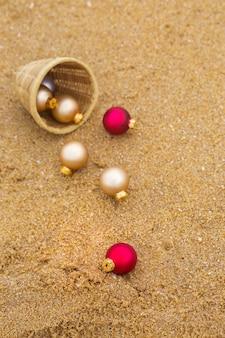 Weihnachtsspielzeug an einem sandstrand am meer