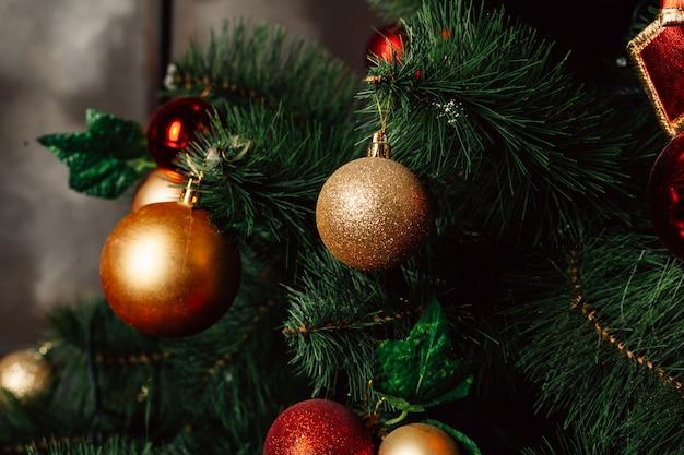 Weihnachtsspielzeug auf dem weihnachtsbaum. geschmückte christbaumkugel. weihnachtskugel hautnah.